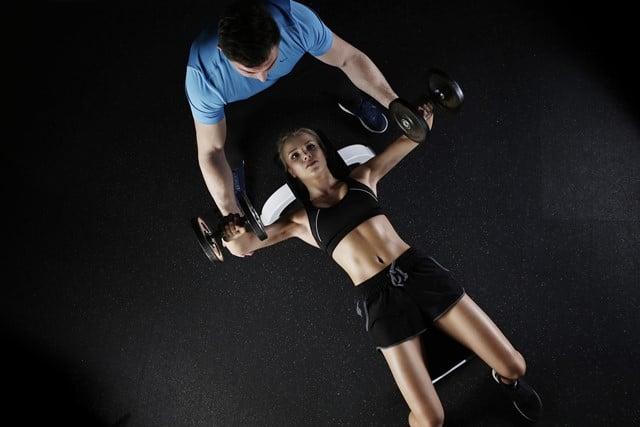 Håndvægte er det klassiske og meget effektive redskab, når du skal træne arme. Håndvægte kan dog bruges til et væld af andre styrketræningsøvelser